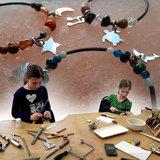 Kinderworkshop bedelarmbandje maken_