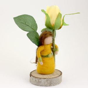 Meisje met gele roos