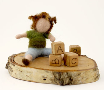 Kind, spelend met blokken